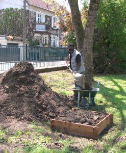 Ca bosse dur au FJT pour remplir les jardinières de l'allée centrale